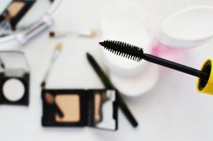Mascara zusammen mit Wimpernserum